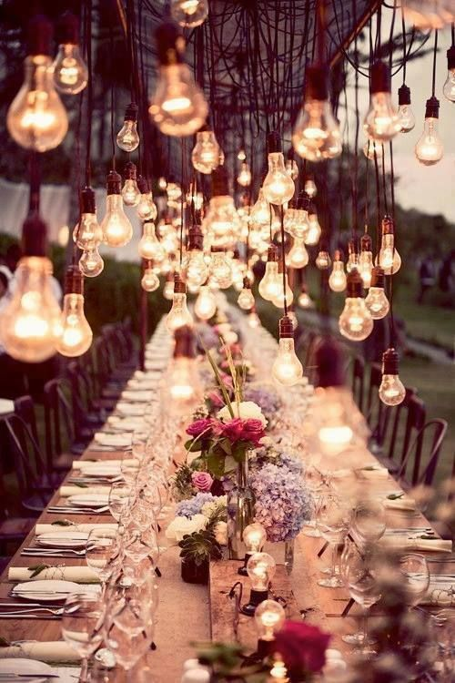 mesa de casamento decorada com centenas de lugares