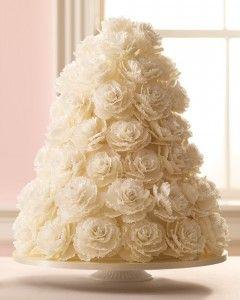 Bolo matrimonial confeitado com flores de rosas brancas