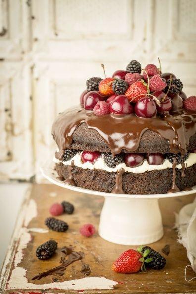 Bolo de chocolate e frutas para festa de casamento