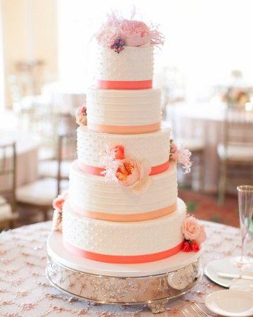 Bolo confeitado de casamento com fitas rosas