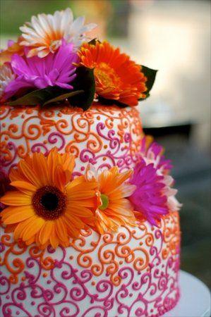 Bolo de casamento com flores coloridas