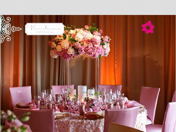 Mesa de casamento com arranjos de flores altos