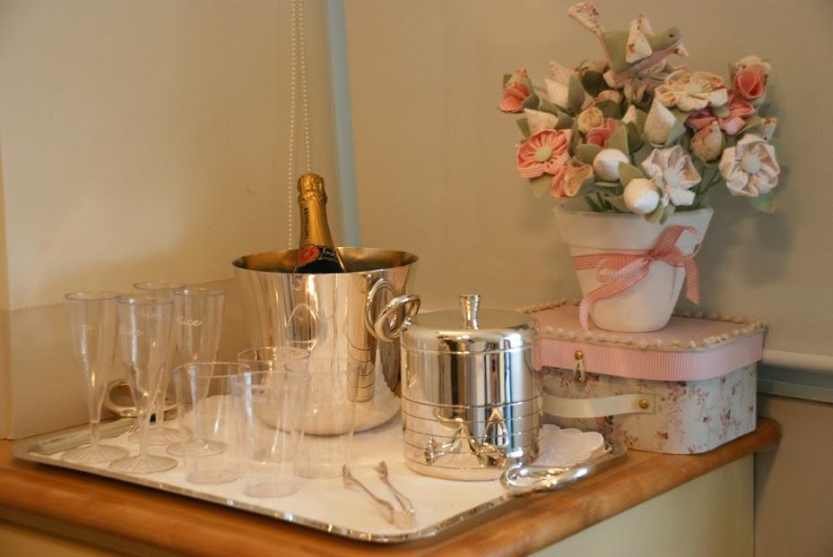 Quarto da Maternidade decorado com flores e champagne.